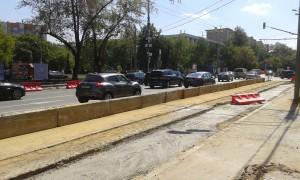 Места проведения работ отделены от проезжей части бетонными плитами