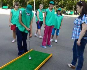 Помимо традиционных видов спорта, люди с ограниченными возможностями сыграли в мини-гольф