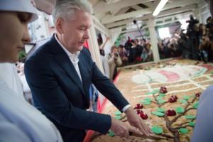 Мэр Москвы Сергей Собянин разрезал огромную шарлотку весом более 250 килограмм