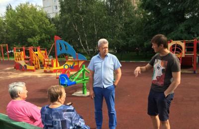 Жители района Москворечье-Сабурово поблагодарили депутата Михаила Антонцева за помощь
