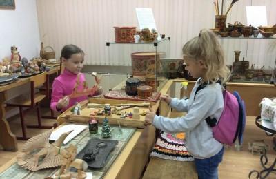 Воспитанники Детской академии русской культуры показали гостям музея декоративно-прикладного искусства, как надо трудиться и веселиться