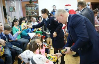 В ЮАО сотрудники полиции поздравили воспитанников центра «Планета семьи» с наступающим Новым годом