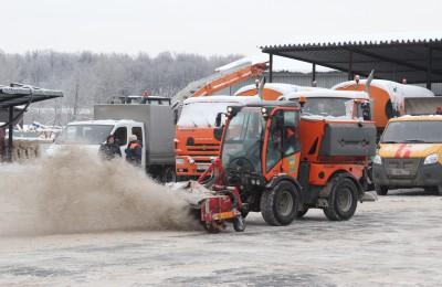 Последствия снегопадов в Москве устраняют 13 тысяч единиц техники