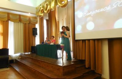 Прощание со школой: в одной из школ Москворечья-Сабурова прошел выпускной вечер