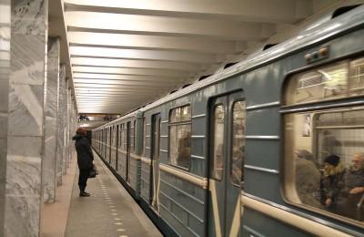 """Поезд метро на станции """"Каширская"""""""
