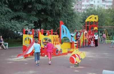 Искусственную траву уложат на детских площадках района