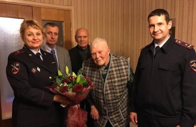УВД ЮАО поздравило ветерана с 90-летием