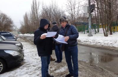 Депутат Владимир Куимов изучает документацию