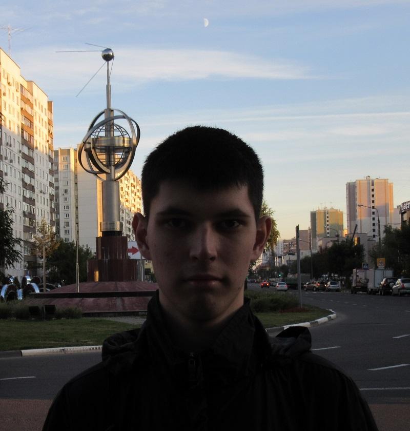 """Астроном на фоне монумента """"Первый искусственный спутник Земли"""" Фото: предоставлено Филиппом Романовым"""